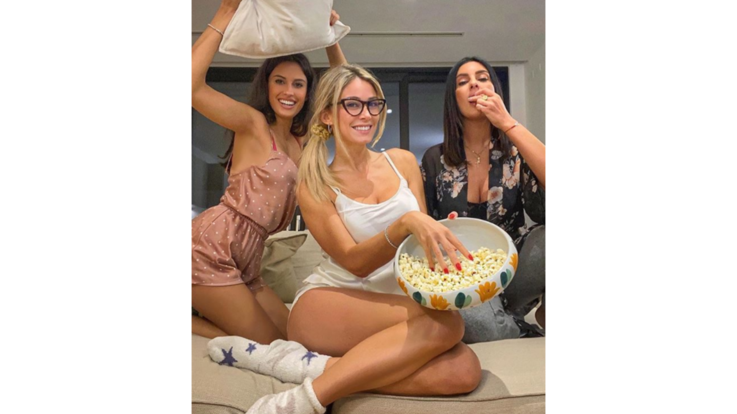 Pop-corn e cuscinate: il sexy pigiama party di Diletta Leotta
