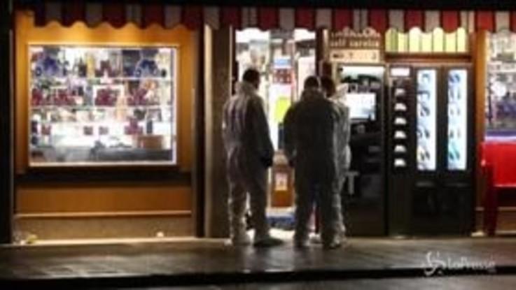 Rapina con sparatoria a Cinecittà, muore uno dei rapinatori. Grave il titolare