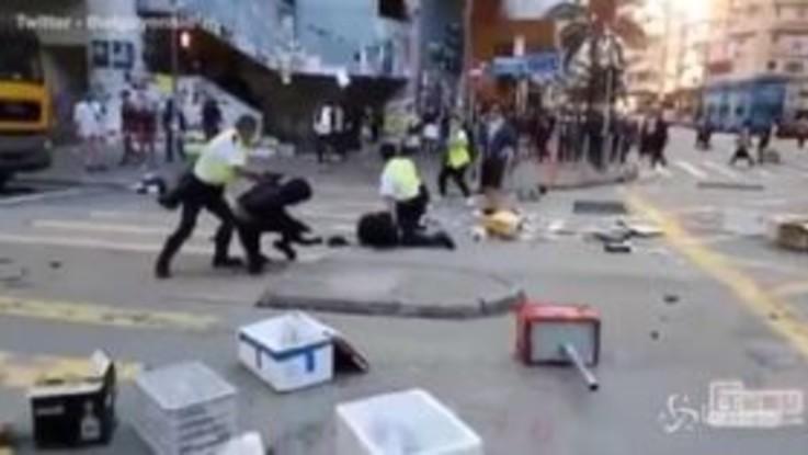 Hong Kong, poliziotto apre fuoco su manifestante: il momento dello sparo a bruciapelo