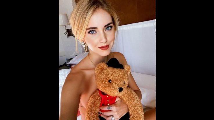 Chiara Ferragni, l'orsacchiotto dell'hotel sul seno
