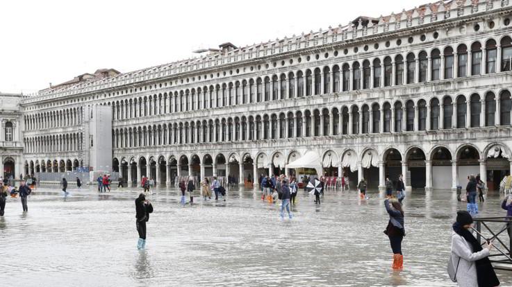 Venezia, acqua alta da record, danni per centinaia di milioni