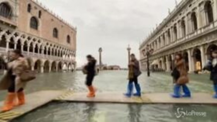 Sirene di allarme inondazione in San Marco, Venezia chiude la piazza