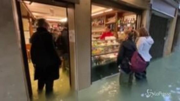 """Venezia, l'unico bar aperto in tutta la zona San Marco: """"Resistiamo per la città"""""""
