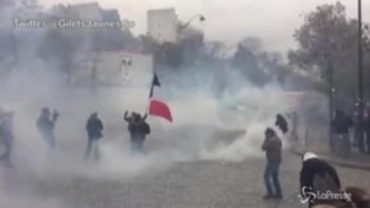 Tensione a Parigi nel primo anniversario dei Gilet gialli