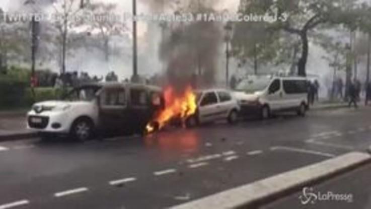 Anniversario gilet gialli, auto a fuoco e barricate a Parigi