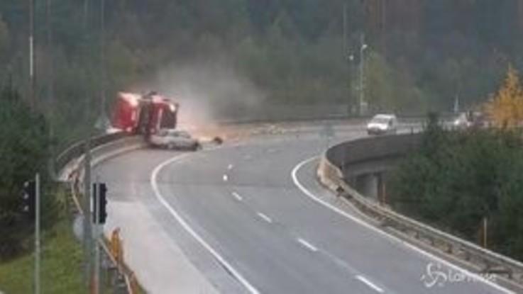 Spaventoso incidente in Slovenia, tir precipita da viadotto