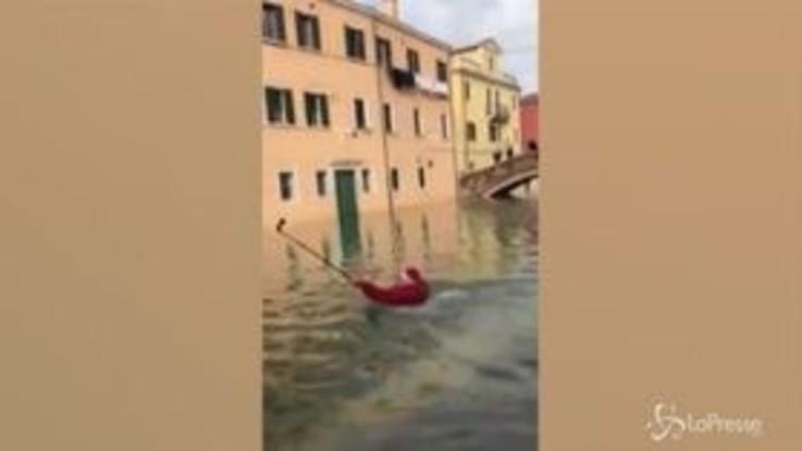 Venezia: selfie nell'acqua alta, Babbo Natale sprofonda nel canale