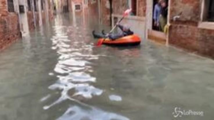 Acqua alta a Venezia, per le calli si gira in canotto