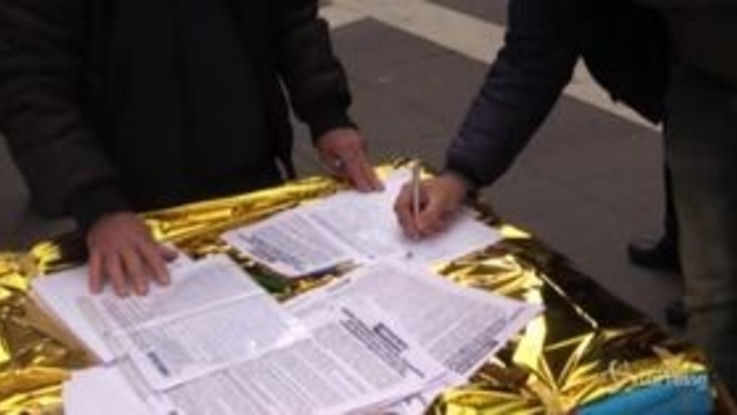 Migranti, a Napoli la raccolta firme contro il decreto sicurezza