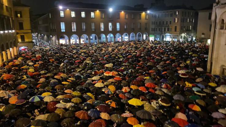 Modena, le 'Sardine' riempiono piazza Grande: in 7mila intonano 'Bella Ciao'