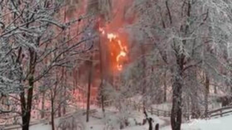 Cadono i cavi elettrici per il maltempo, bosco in fiamme in Val Pusteria