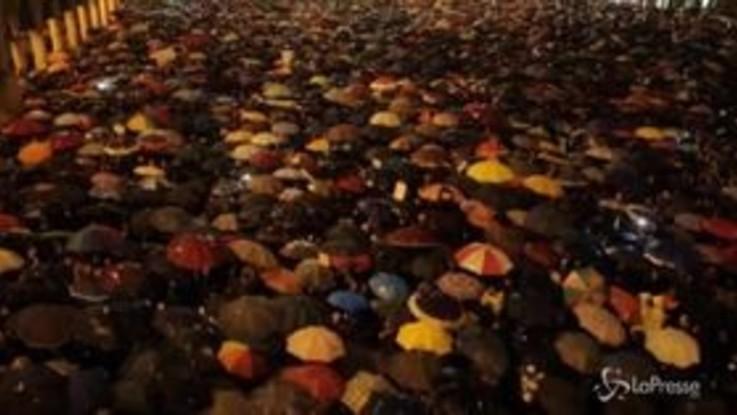 """Le """"sardine"""" riempiono piazza Grande a Modena: """"Fermeremo Salvini"""""""