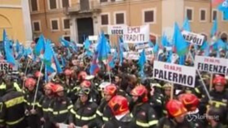 """Roma, i vigili del fuoco protestano per gli stipendi: """"Vogliamo equiparazione con altri Corpi"""""""