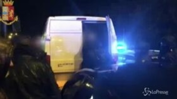 Torino, arrestati due passeur: trasportavano 36 migranti in piedi in un furgone