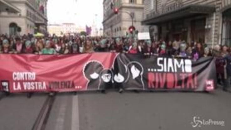"""""""Basta violenza sulle donne"""". A Roma il corteo del Movimento Non una di meno"""