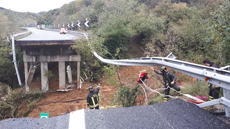 Maltempo, crolla viadotto sull'A6 nel Savonese