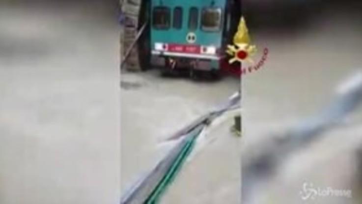 Maltempo in Calabria, soccorsi passeggeri di un treno in una galleria allagata