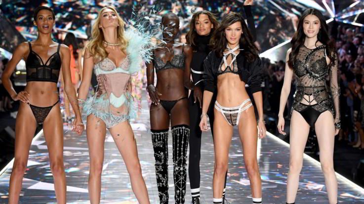 Gli angeli di Victoria's Secret depongono le ali