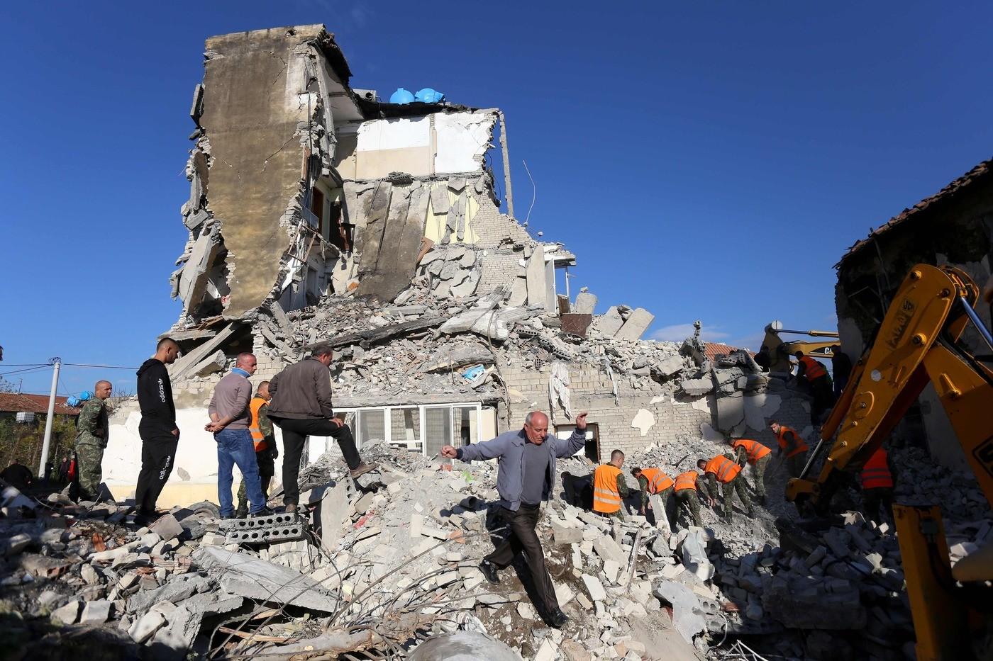 Forte terremoto in Albania. Magnitudo 6.5. Oltre venti morti e 600 feriti