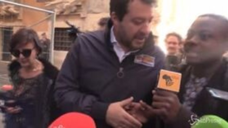 """Salvini """"assediato"""" dal giornalista di colore: """"Il bacio in bocca no, che schifo"""""""