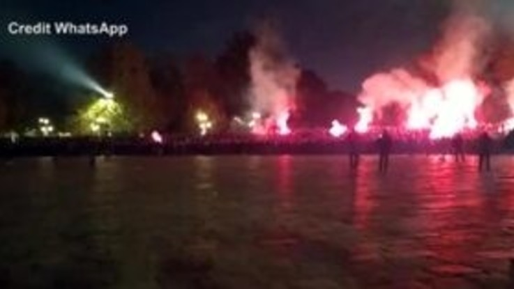Saluti romani, cori e fumogeni: gli ultrà croati paralizzano Milano