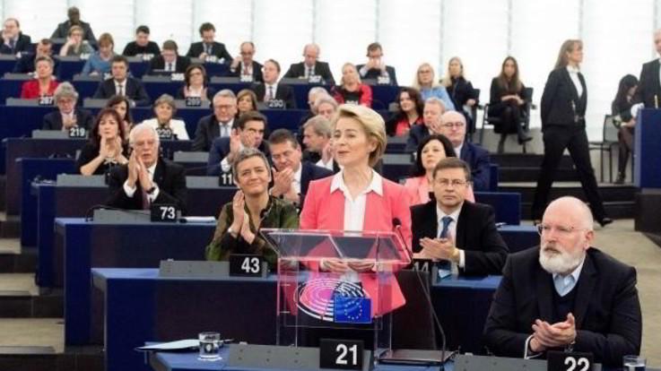 Ue, via libera alla Commissione Von der Leyen: 416 i voti favorevoli