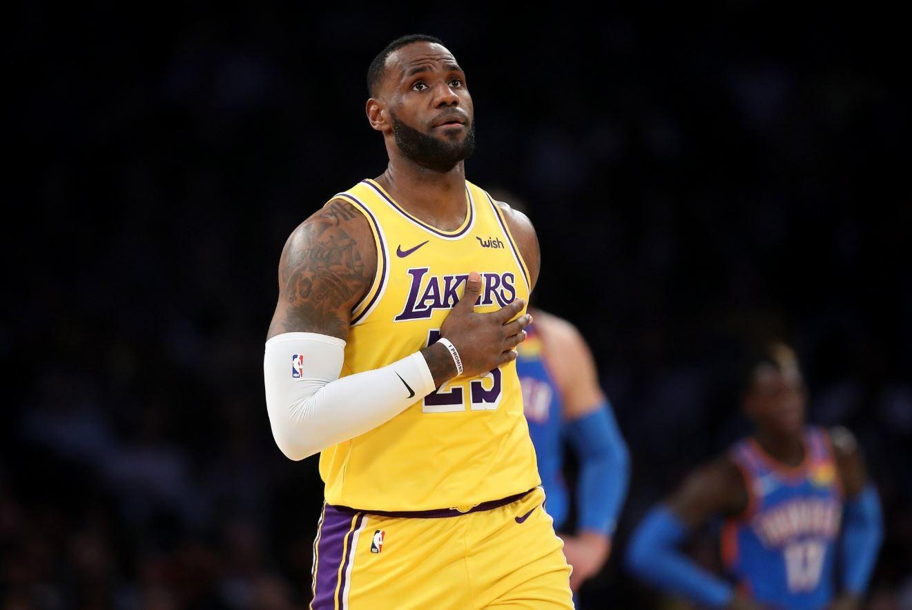 Nba, i Lakers vanno con LeBron da record. Serata nera per gli italiani