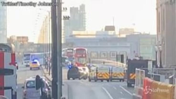 Regno Unito: spari sul London Bridge, le prime immagini dai social