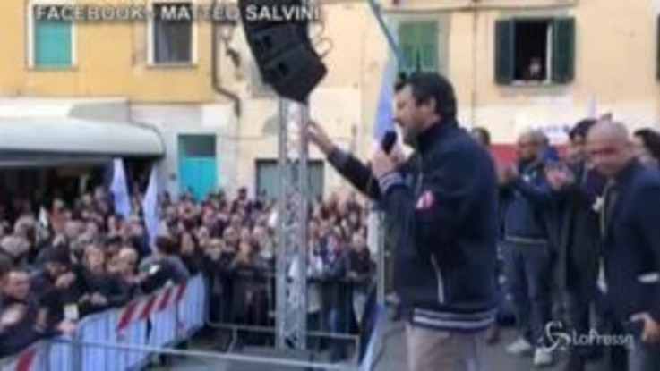 """Salvini alla contestatrice: """"Peace and love, metti dei fiori nel tuo cannone"""""""