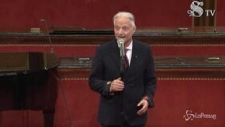 """Amedeo Minghi canta""""Trottolino amoroso"""" in Senato: l'esibizione è virale"""