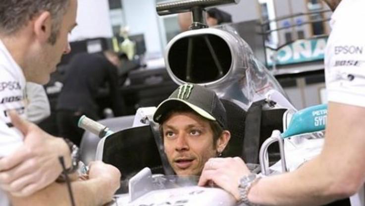 """Valentino Rossi sulla Mercedes di Lewis Hamilton: """"Ci divertiremo"""""""