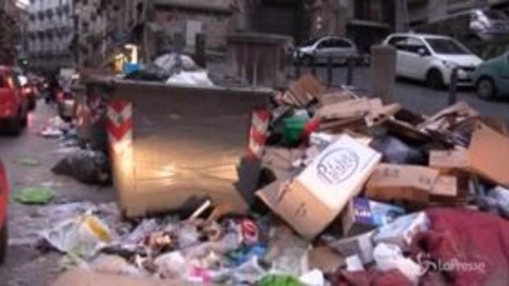 Emergenza rifiuti a Napoli, l'esasperazione dei residenti di Forcella