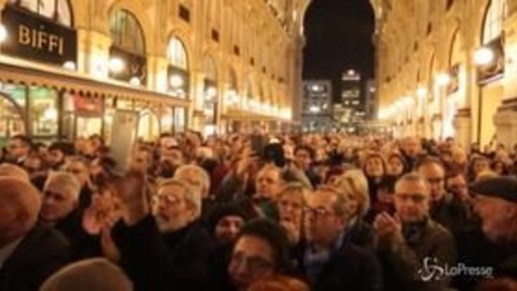 Manifestazione a Milano per Liliana Segre, applausi per la marcia dei sindaci