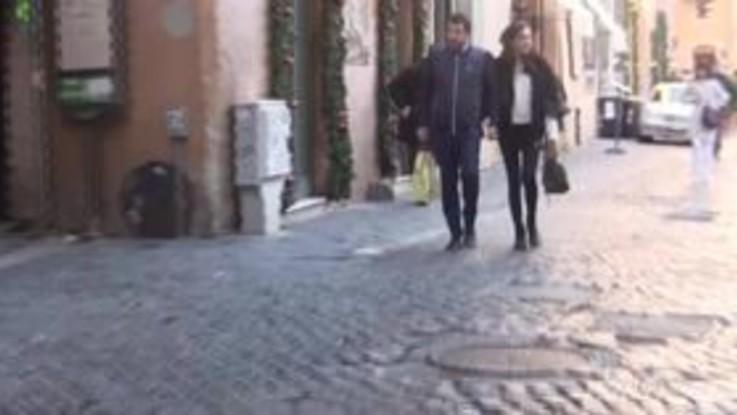 """Salvini mano nella mano con la fidanzata e ai giornalisti: """"Non mi lasciate mai in pace"""". E poi attacca il Mes..."""