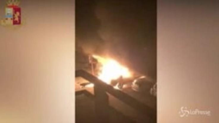 Bruciarono mezzi del datore di lavoro, indagati due piromani a Novara