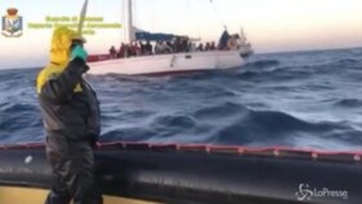 Migranti, 55 su imbarcazione in Calabria: arrestati 3 presunti scafisti