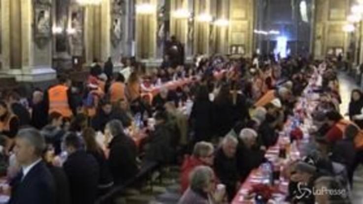 """Napoli solidale, il cardinal Sepe ospita i bisognosi al Duomo per il pranzo di Natale: """"La Chiesa sia vicina ai meno fortunati"""""""