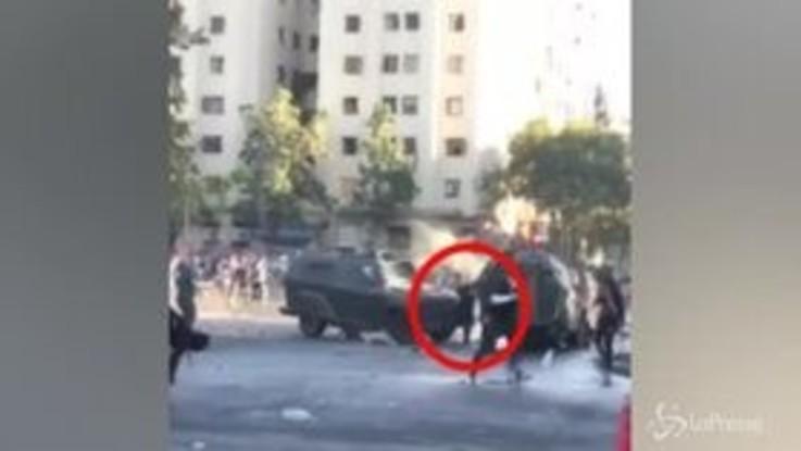 Violenti scontri a Santiago del Cile, manifestante schiacciato tra due blindati delle forze dell'ordine