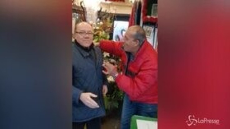 "Gli auguri di Natale di Verdone dal fioraio: ""Magdi, tu mi adori?"""