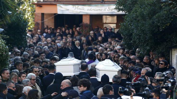 Sedicenni uccise a Roma: l'ultimo saluto a Gaia e Camilla: Genovese ai domiciliari