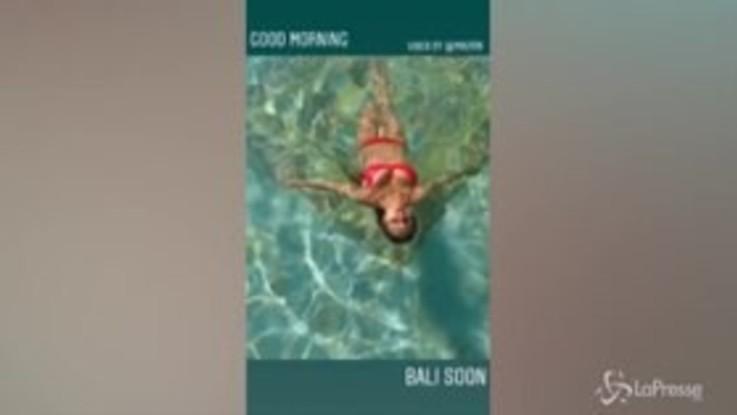 Viki Odintcova sirenetta e la piscina diventa bollente