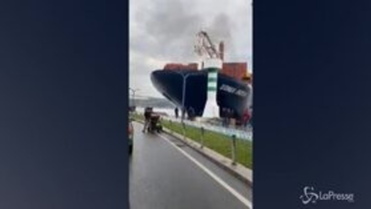 Istanbul, nave container fuori controllo colpisce argine del Bosforo