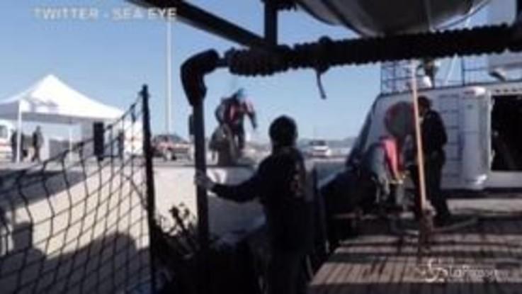 Migranti, l'arrivo della Alan Kurdi a Pozzallo