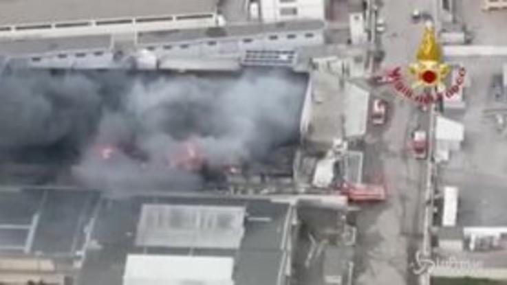 Barletta, incendio in un'azienda di stoccaggio rifiuti