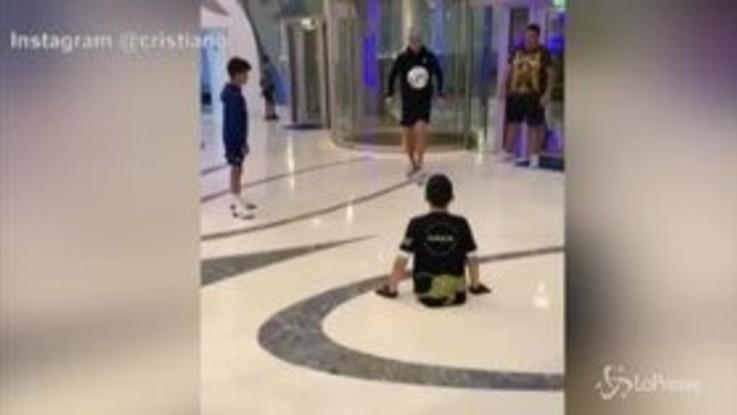 Ronaldo palleggia col bimbo disabile: il video commuove il web