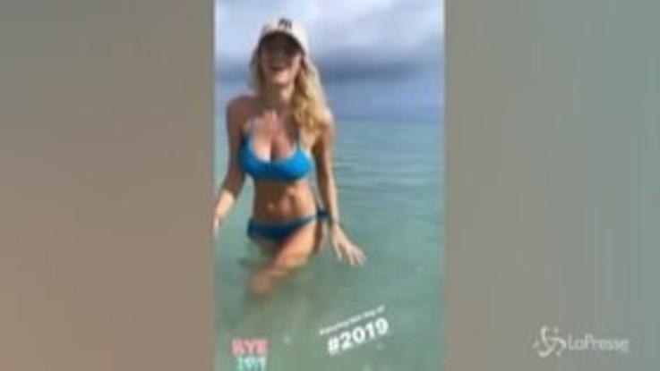 Diletta Leotta festeggia la fine del 2019 con un tuffo in mare