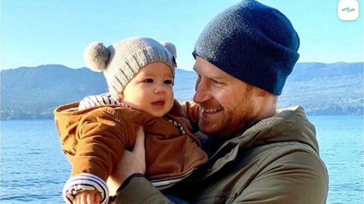 Harry e Meghan, con gli auguri di buon anno una foto inedita del piccolo Archie