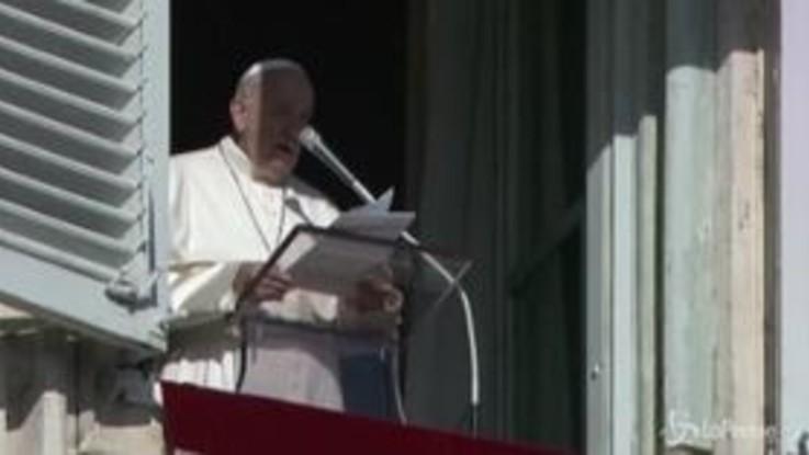 """Reagisce a strattoni di una fedele, il Papa si scusa: """"Da me un cattivo esempio"""""""
