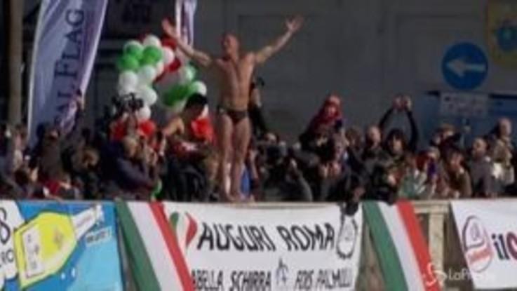 Roma, scatta il tradizionale tuffo nel Tevere di Mister Ok per festeggiare il 2020