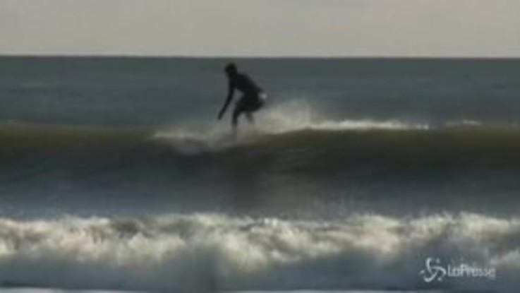 Usa, la candidata Dem Tulsi Gabbard sfida in surf le gelide onde dell'Atlantico